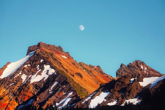 Broken Topbeams below a majestic moon. - DAVID MARK / PIXABAY