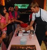 893a14b4_j_chef_erik_serving_delisious_treats.jpg