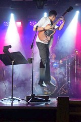 890a2829_rt_guitar_on_stage.jpg