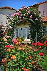 b07668a7_garden_house_through_arch1400x600_mk_img_8508.jpg
