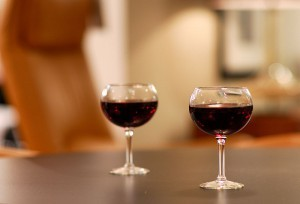 800px-Pair_of_wine_glasses