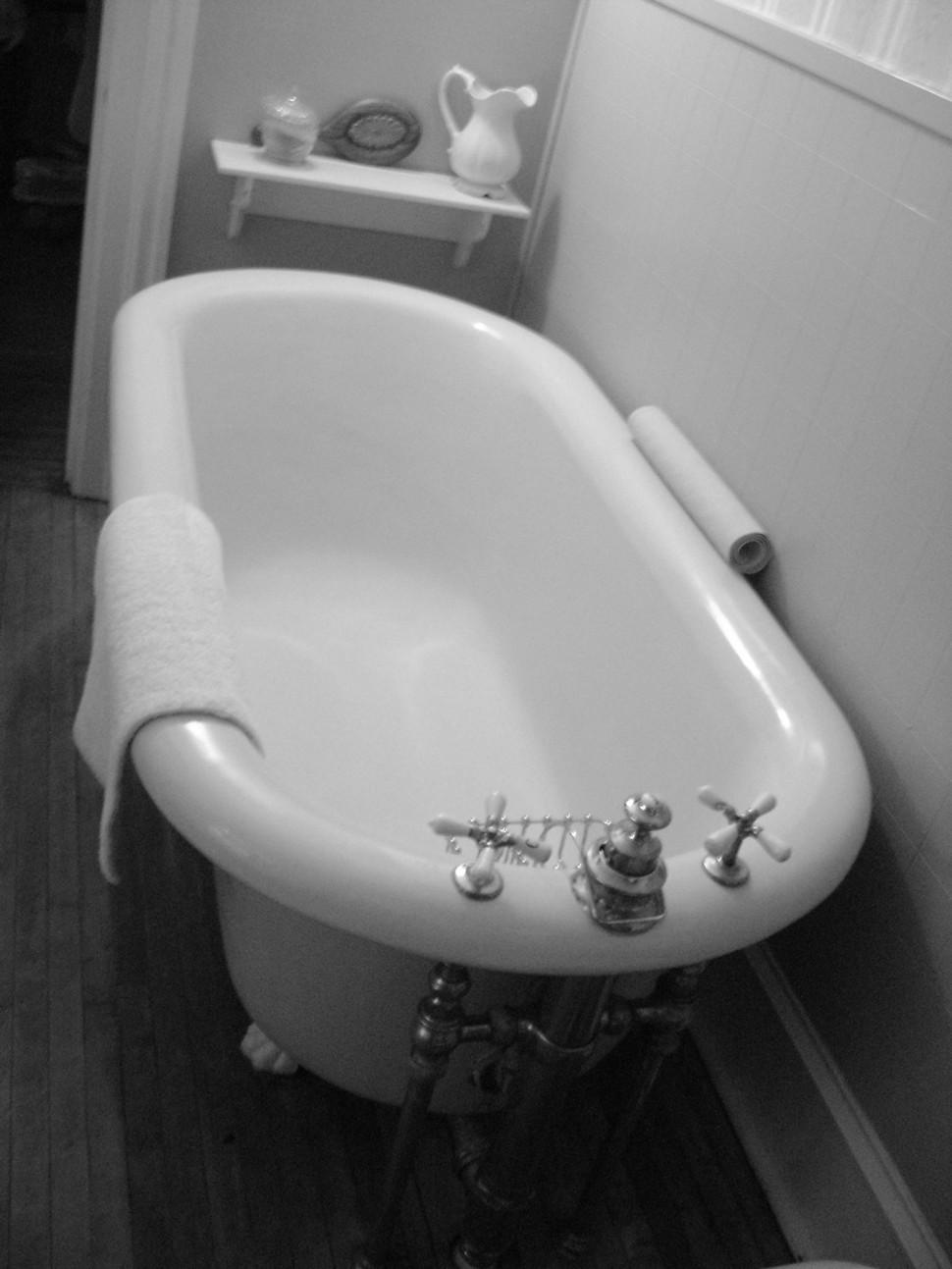 Nineteenth_century_bathtub_grayscale.jpg