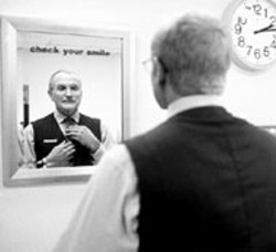 FRANCOIS DUHAMEL / FOX SEARCHLIGHT - FREEZE FRAME Robin Williams reflects for a - moment in One Hour Photo