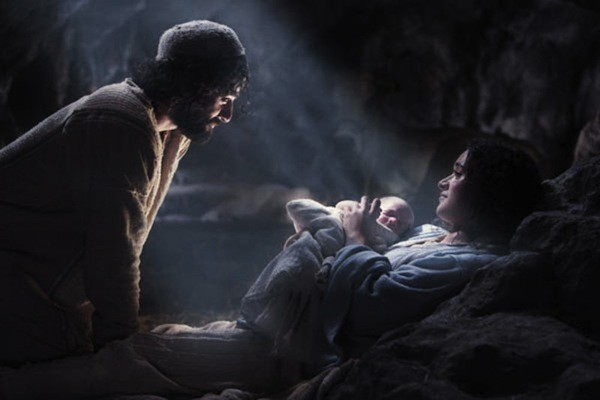 Oscar Isaac and Keisha Castle-Hughes in The Nativity Story (Photo: Warner Bros.)