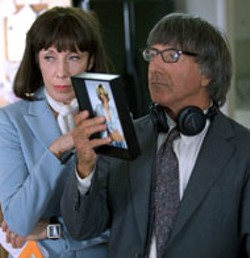 FOX SEARCHLIGHT - PHOTO OPPORTUNITY Lily Tomlin and Dustin - Hoffman examine the evidence in I ♥ - Huckabees