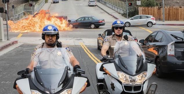 Michael Peña and Dax Shepard in CHiPS (Photo: Warner)