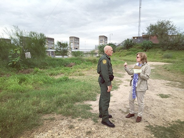 Julia Preston speaks to a Border Patrol agent while doing her reporting. (Photo by Ilana Panich-Linsman)