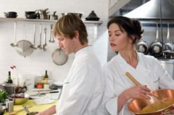 DAVID LEE / WARNER BROS. - WHAT'S COOKING?: Nick (Aaron Eckhart) and Kate (Catherine Zeta-Jones) find their emotions simmering in No Reservations