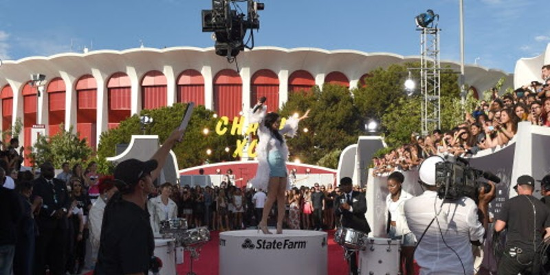 Charli XCX performs on the red carpet at last night's Video Music Awards on a stage sponsored by State Farm.