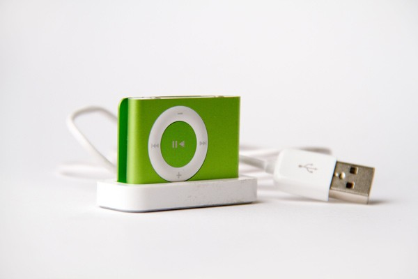 apple_ipod_shuffle_second_generation_green_magnum.jpg