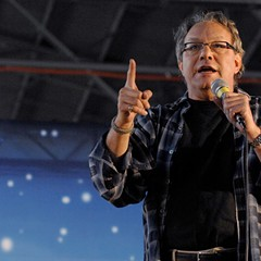 Lewis Black, waggling