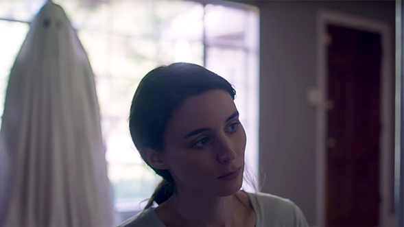 Casey Affleck (under sheet) and Rooney Mara in A Ghost Story