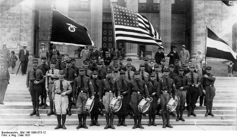 Nazi sympathizers in front of the Field Museum in May 1931 - BUNDESARCHIV, BILD 146-1990-073-12/CC-BY-SA 3.0