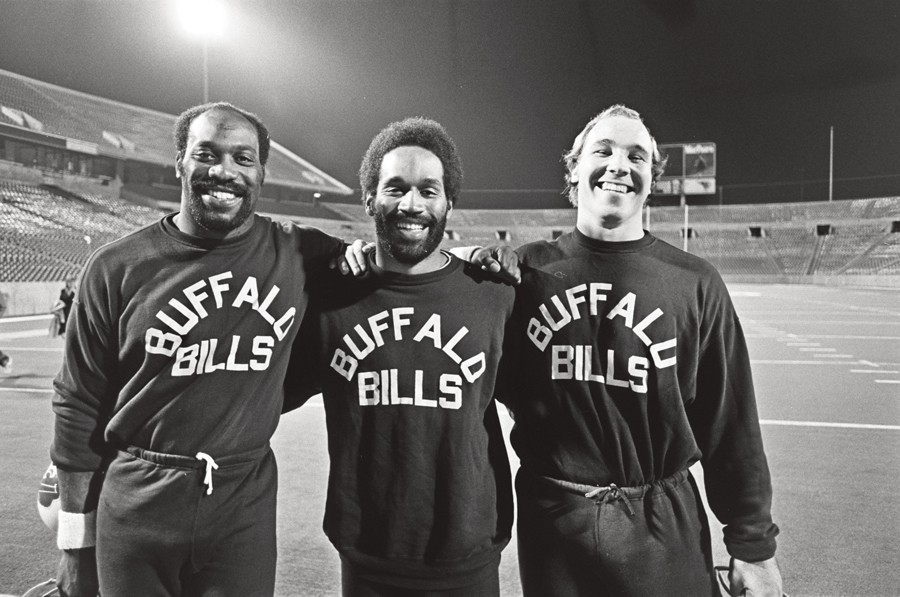 At practice with lineman Reggie McKenzie and guard Joe DeLamielleure before a Monday Night Football game at Rich Stadium in 1975 - M. OSTERREICHER/COURTESY OF ESPN FILMS