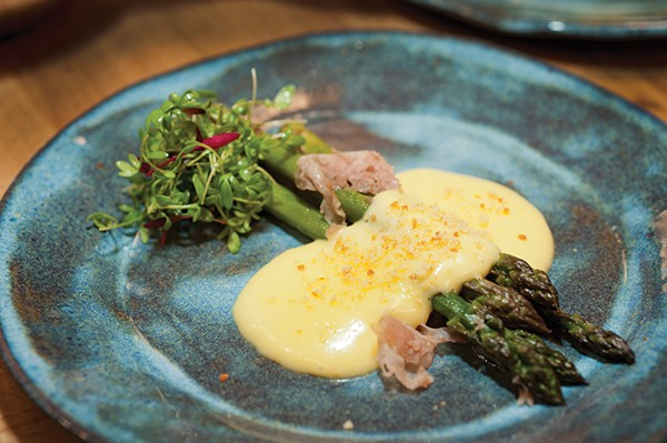 Asparagus with holandaise and salty ham.