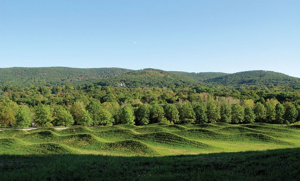 Maya Lin, Storm King Wavefield, 2007-2008, Earth and grass, 240,000 square feet (11-acre site), Storm King Art Center, Mountainville. - JERRY L. THOMPSON