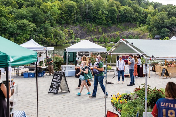 On Sunday afternoons, a farmers' market is held on the waterfront.