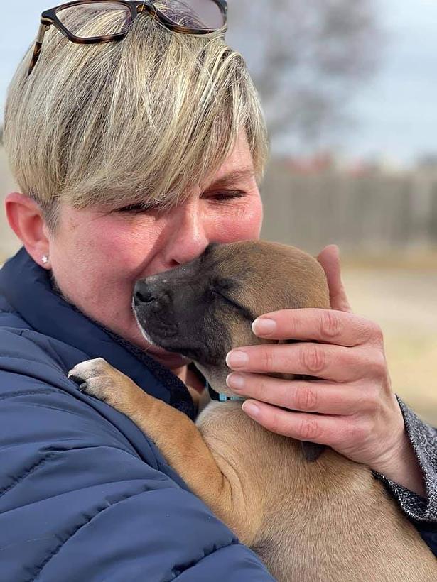 Arkansas foster mom and transporter Sandy Thornton Valentine kisses Bobby goodbye.
