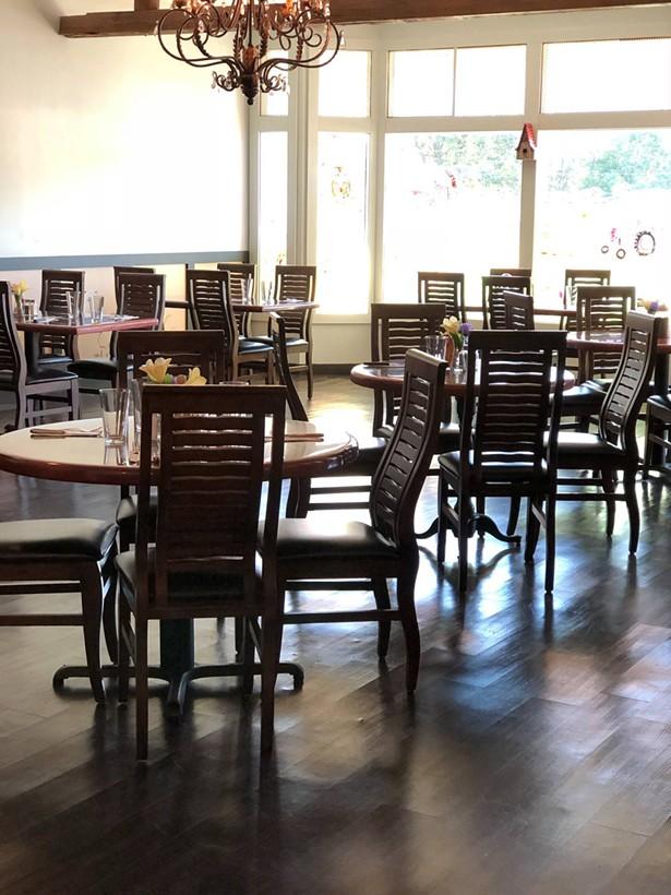 dutchess_bbq_dining_room.jpg