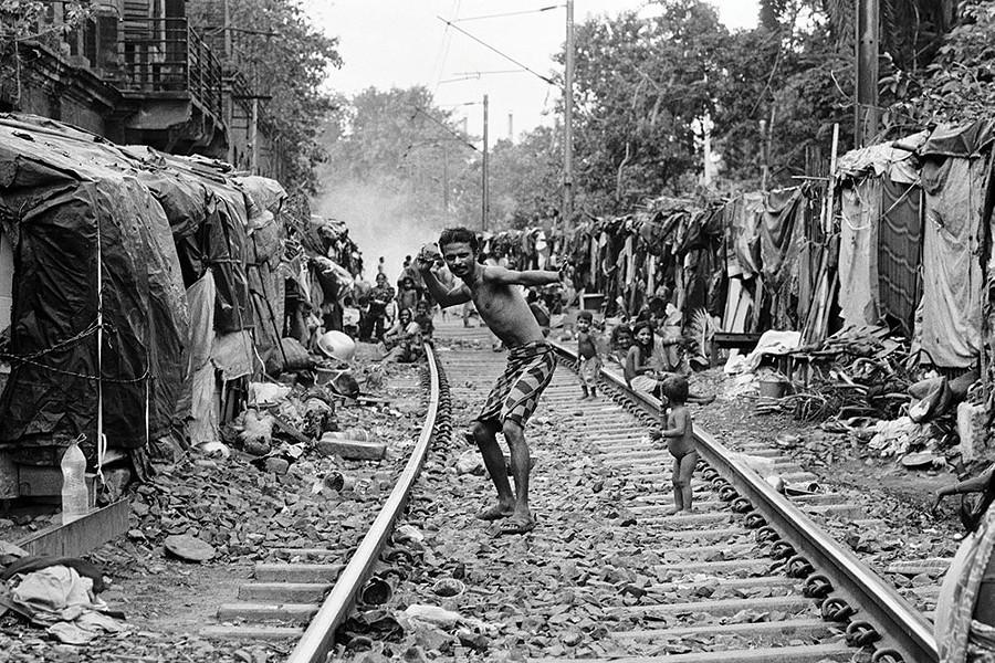 Fionn Reilly, Man pretending to throw rock at photographer, Kolkata, photograph, 2017.