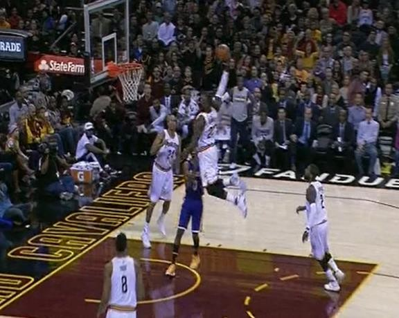lbj_throwdown_on_lakers.jpg