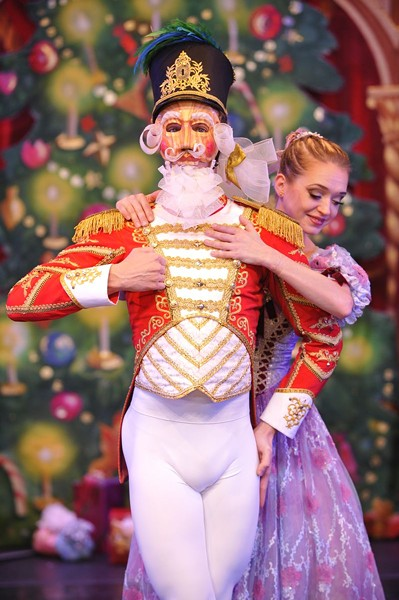 6_moscow_ballet_s_great_russian_nutcracker_doll_and_masha.jpg