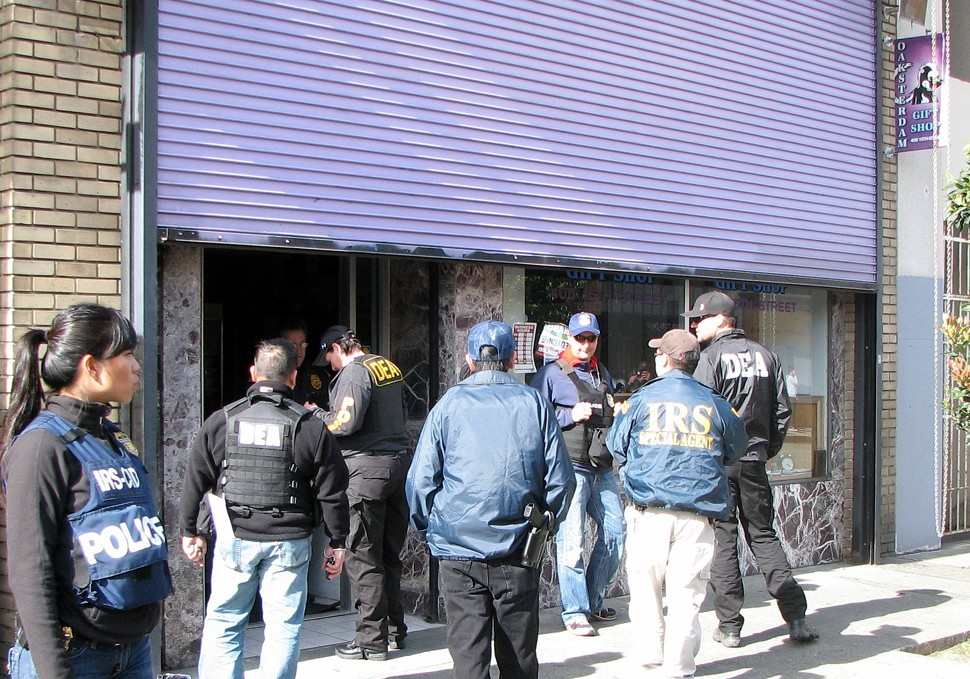 Federal agents bust up the Oaksterdam gift shop.