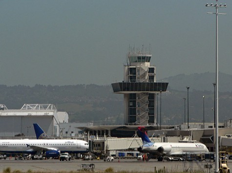 Oakland_airport_tower.jpg