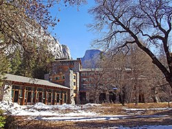 ahwahnee_hotel_wikimedia_commons.jpg