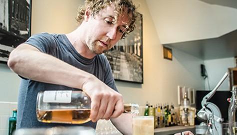 Oakland's Dive Bar Aficionados Adapt to the City's Changing Bar Scene