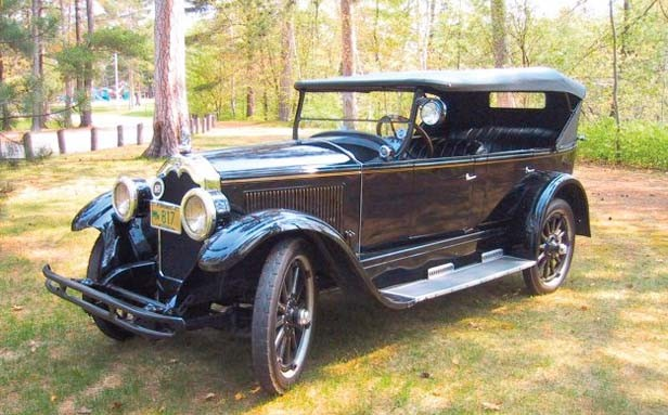 A 1924 Buick, like the one in which the Hoskins family made their 1936 road trip to Illinois.