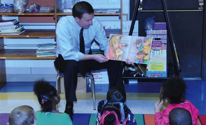 Senator Andy Manar, D-Bunker Hill, meets with students at Springfield's Black Hawk Elementary School last March.