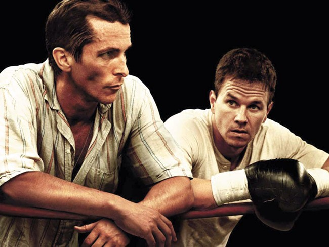 Dickie (Christian Bale, left) is Mickys cornerman. But is he in Mickys corner?