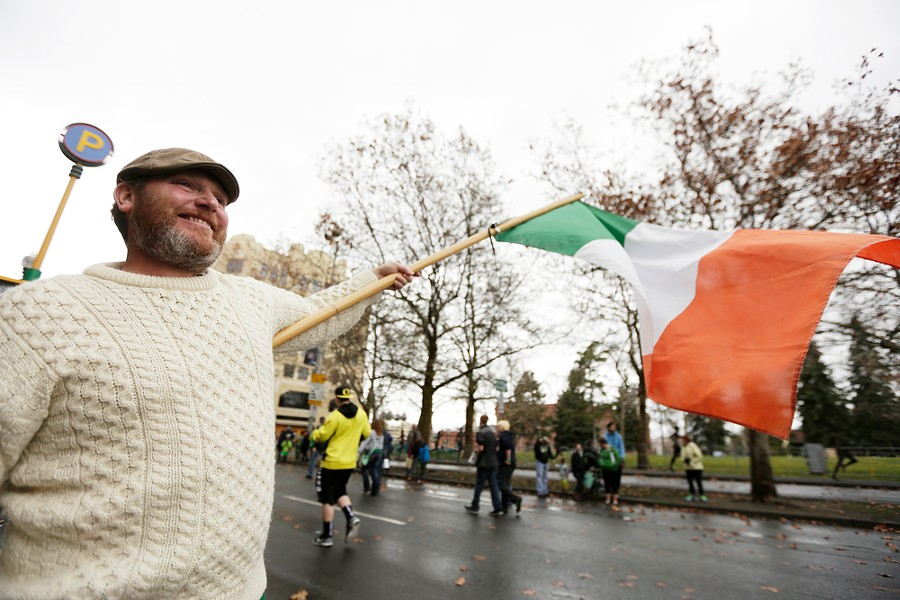 Dale Kearney waves the flag of Ireland. - YOUNG KWAK