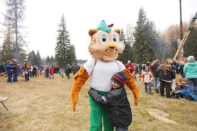 Riley Sampson, 6, hugs Woodsy Owl. - YOUNG KWAK