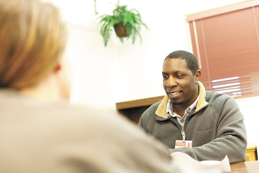 Robert Martin helps an inmate start her application for Medicaid. - YOUNG KWAK