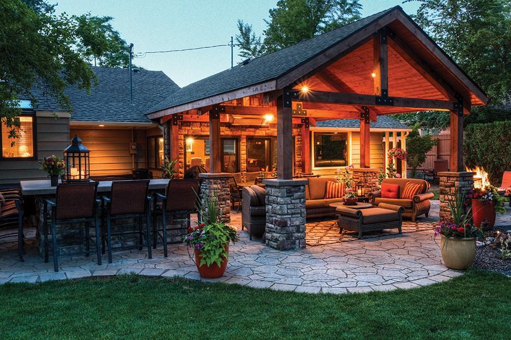 An outdoor living room by CopperCreek - MATT BARTON/COPPERCREEK LANDSCAPING