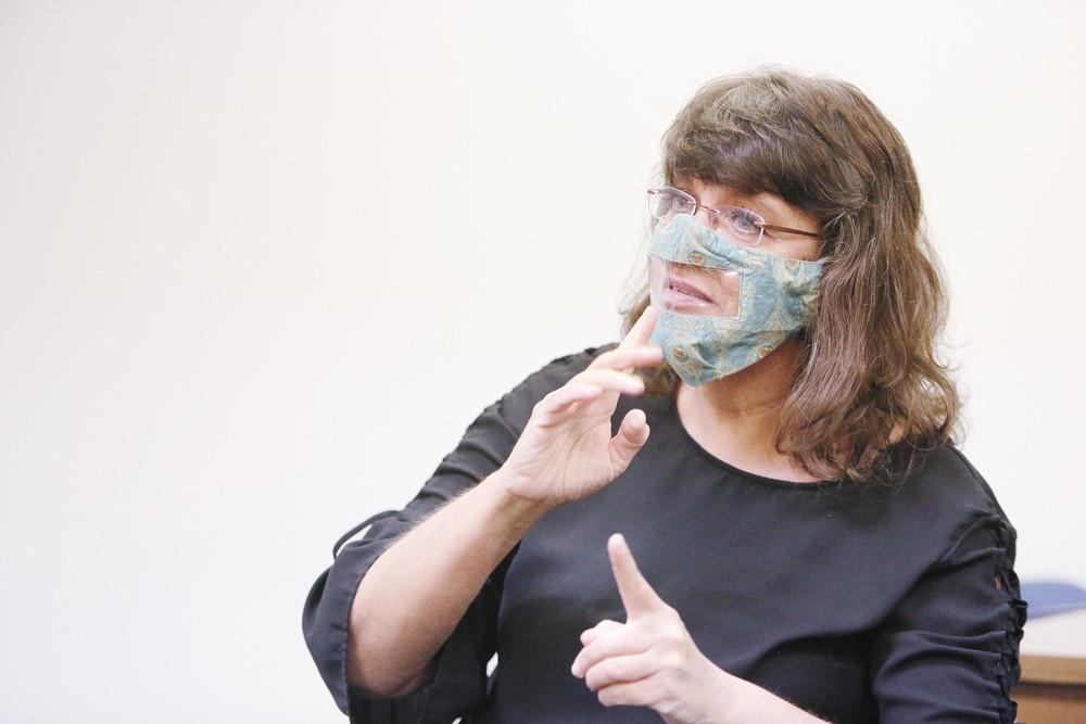 L'interprète Caroline Allen porte un masque transparent tout en utilisant la langue des signes pour traduire dans Washington Advocates of Deaf & Hard of Hearing. - PHOTO DE JEUNE KWAK