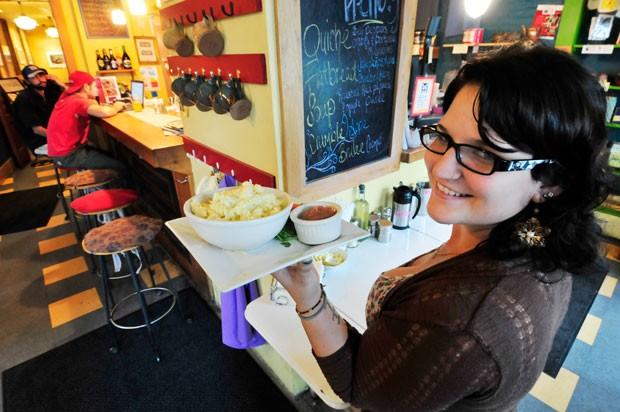Server Alyssa Spada with macaroni and cheese