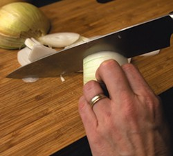 Thinly sliced onions - SAM SIMON