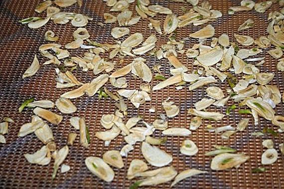 Dehydrate fresh garlic to make your own powder.