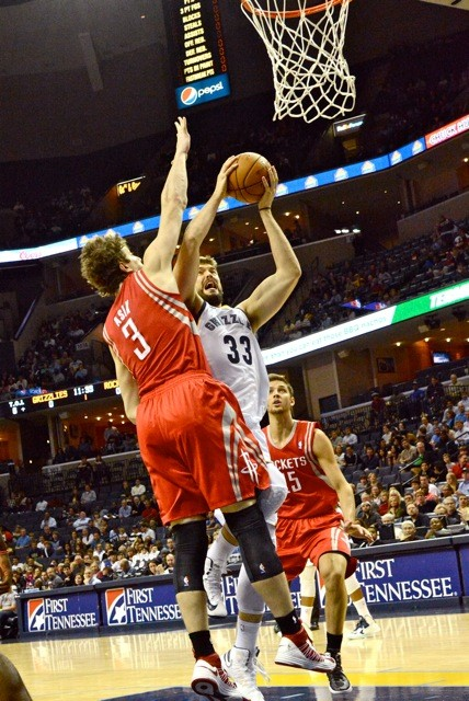 The Grizzlies overcame the immense defense of Rockets center Omer Asik to extend their winning streak.