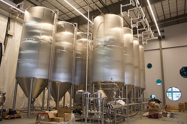 Les réservoirs surélevés permettront à Wiseacre d'augmenter sa production. - WISEACRE BREWING CO.