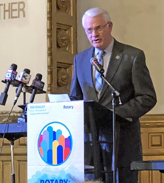 Luttrell addressing Rotarians - JB