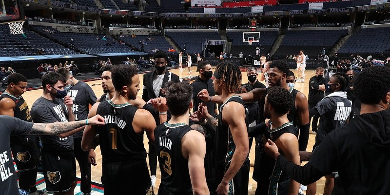 "A ""Bunch of Hoopers"" Defeat the Suns on MLK Day"