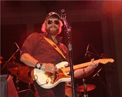HANK WILLIAMS JR. AT A CONCERT IN ALABAMA | PHOTO BY ANDREA KLEIN VIA WIKIMEDIA