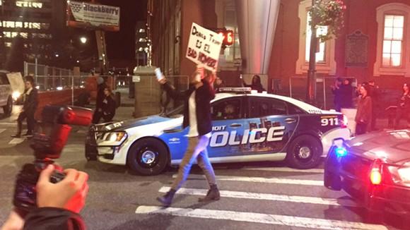 """A protestor holds a """"Donald Trump es el bad hombre"""" sign."""
