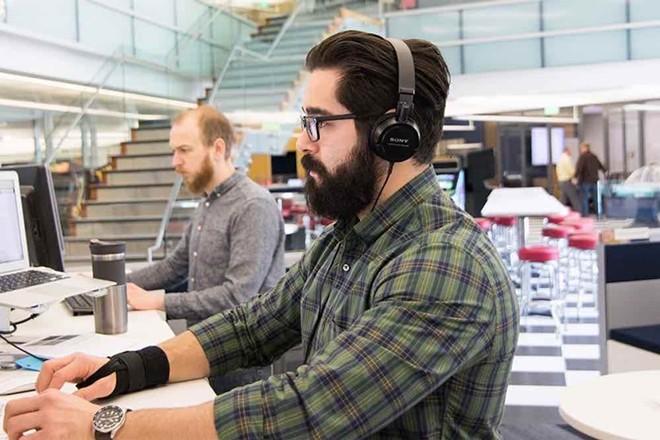 it_employee_working_at_desk.jpg