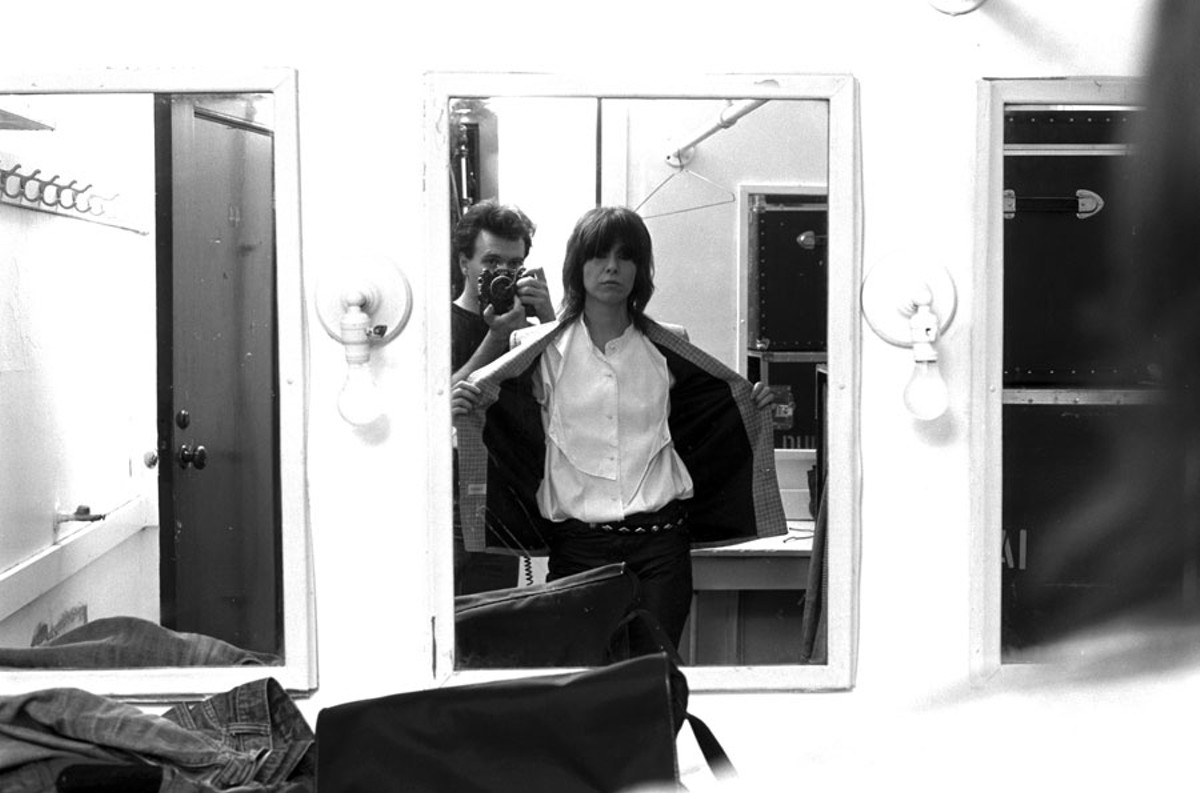 Matheu photographing the Pretenders' Chrissie Hynde in 1984.