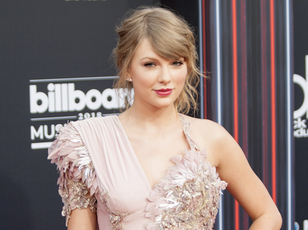 Taylor Swift Donates $13,000 to Two Financially